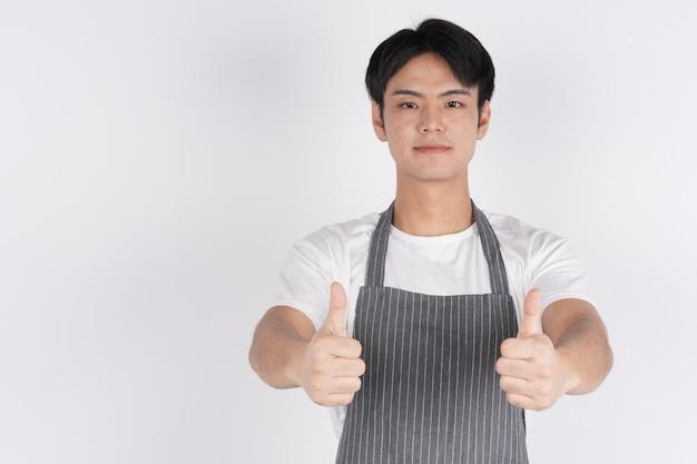 China rüde zeigt ein selbstbewusstes lächeln und mag
