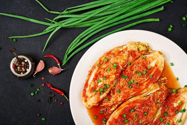 Chinakohl. kimchi kohl. koreanisches traditionelles essen. ansicht von oben. flach liegen