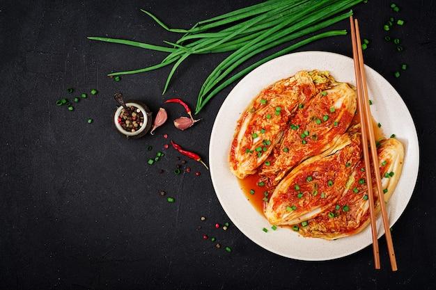 Chinakohl. kimchi-kohl koreanisches traditionelles essen. draufsicht flach legen