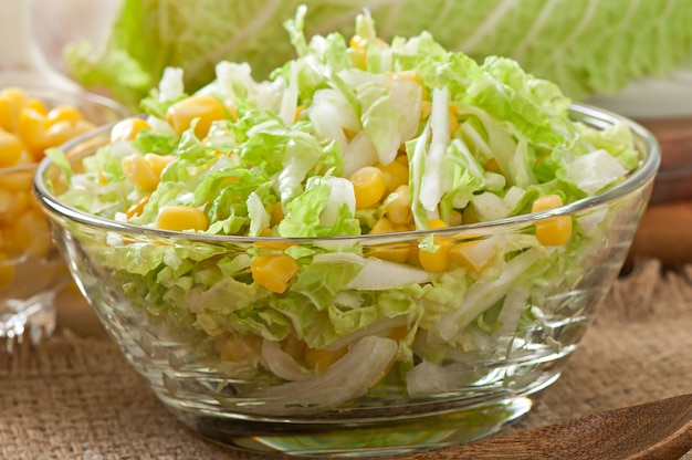Chinakohlsalat mit zuckermais in einer glasschüssel