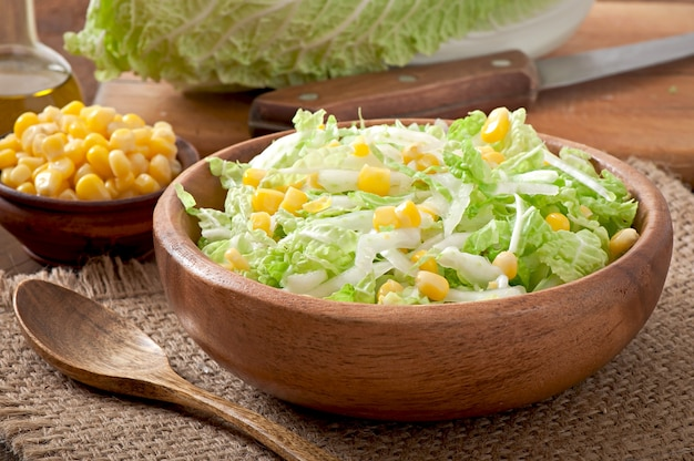 Chinakohlsalat mit zuckermais in einer holzschale