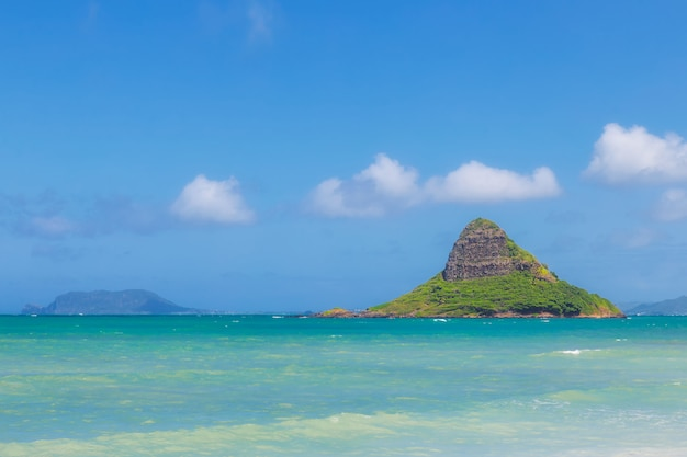 Chinamans hut inselansicht und schönes türkisfarbenes wasser am strand von kualoa, oahu, hawaii