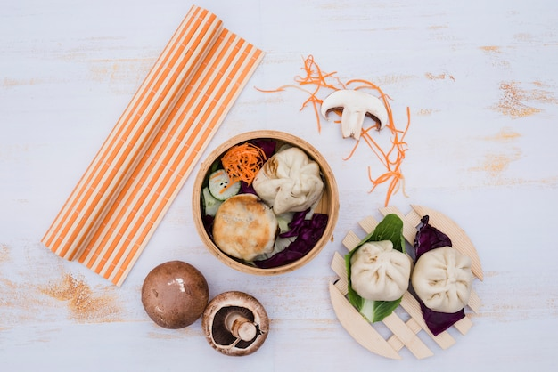 Chinese gedämpftes dimsum in der traditionellen küche der bambusbehälter auf weißem holztisch