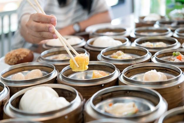 Chinese strömte mehlkloß im bambuskorb auf tabelle im chinesischen restaurant.