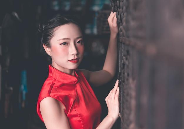 Chinesin in einem industriellen speicher der stahlmetallstange