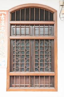 Chinesisch-portugiesische architektur des alten gebäudes in phuket stadt.