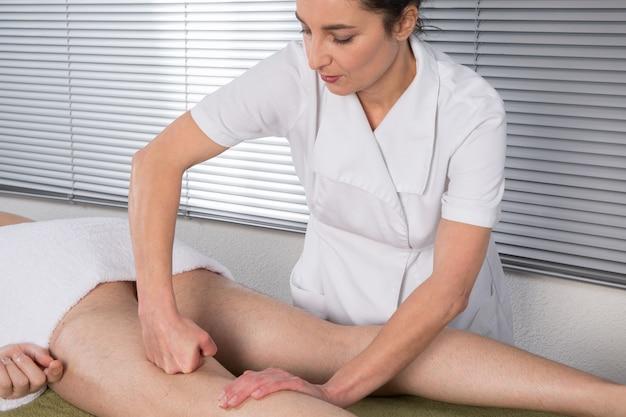 Chinesische behandlung mit massage an beinen und füßen