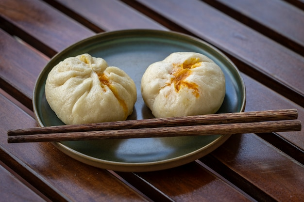 Chinesische dim sum auf einem teller in einem restaurant in vietnam