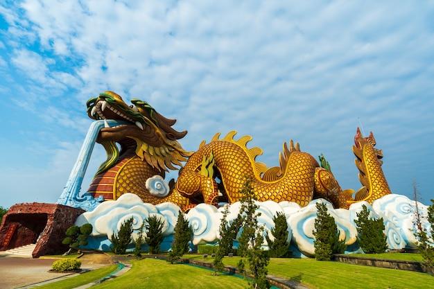 Chinesische drachestatue in suphan buri, thailand