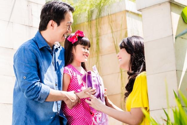 Chinesische familie, die mädchen zur schule schickt