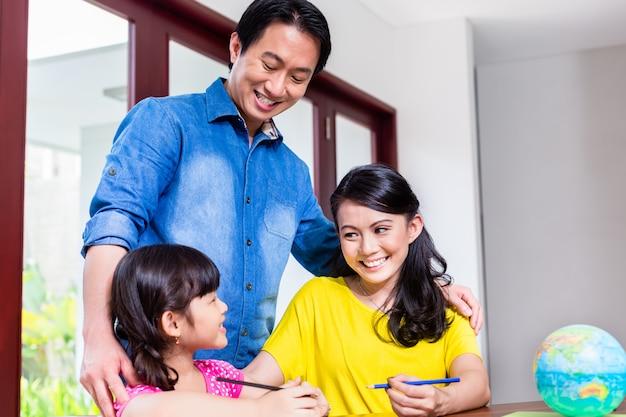 Chinesische familie, die mathematik mit ihrem kind lernt