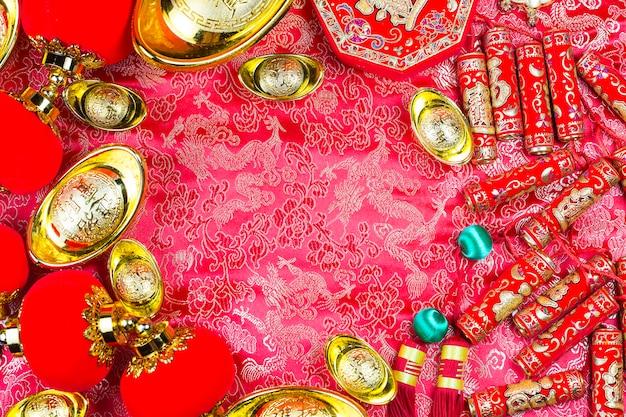Chinesische festivaldekorationen des neuen jahres, ang pow oder rote paket- und goldbarren.