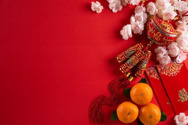 Chinesische festivaldekorationen des neuen jahres auf einem roten hintergrund.