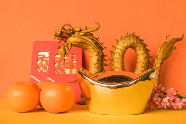 Chinesische festivaldekorationen des neuen jahres auf farbhintergrund.