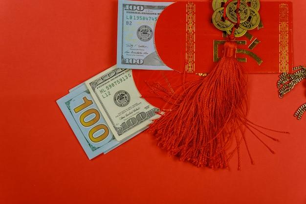 Chinesische festivaldekorationen des neuen jahres des draufsichtzubehörs auf rotem hintergrund.