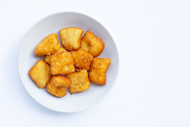 Chinesische frittierte teigstangen mit weißen sesamkörnern.