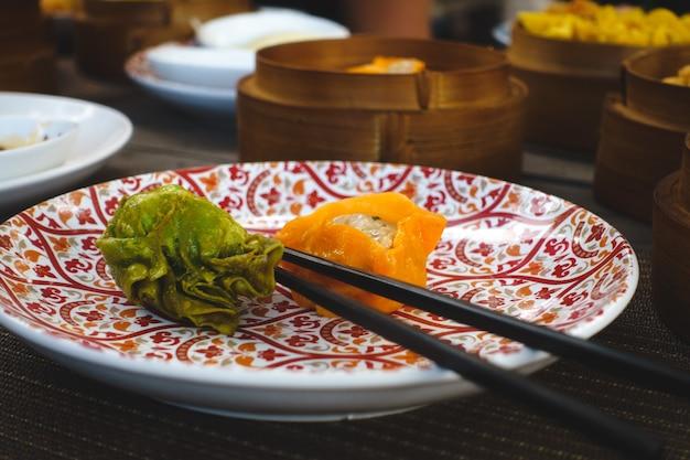 Chinesische gebratene brötchen mit essstäbchen