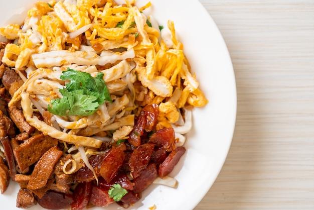 Chinesische gedämpfte fischnudeln - asiatischer essensstil