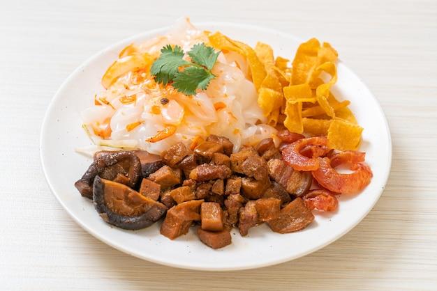 Chinesische gedämpfte reisnudel mit schweinefleisch und tofu in süßer sojasauce - asiatische küche