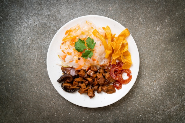 Chinesische gedämpfte reisnudel mit schweinefleisch und tofu in süßer sojasauce nach asiatischer art