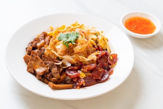 Chinesische gedämpfte reisnudeln mit würziger sauce - asiatische küche