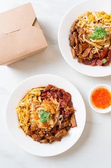 Chinesische gedämpfte reisnudeln und fischnudeln - asiatische küche