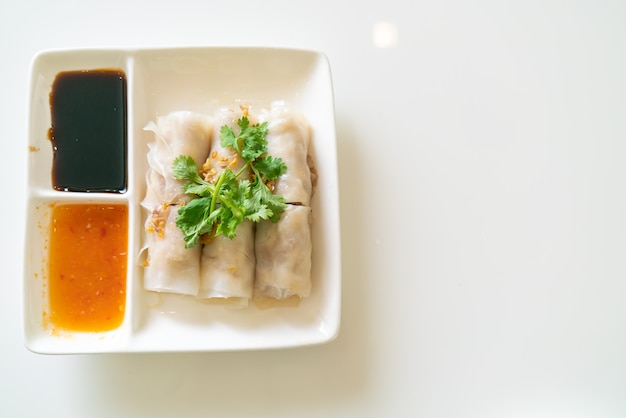 Chinesische gedämpfte reisnudelrollen mit krabben - asiatische küche