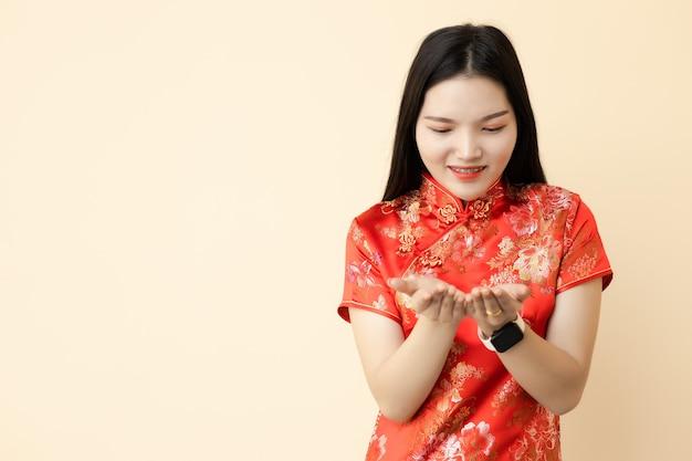 Chinesische jugendlich mädchenhand geben spendenhaltung, die traditionelles kleid anzieht