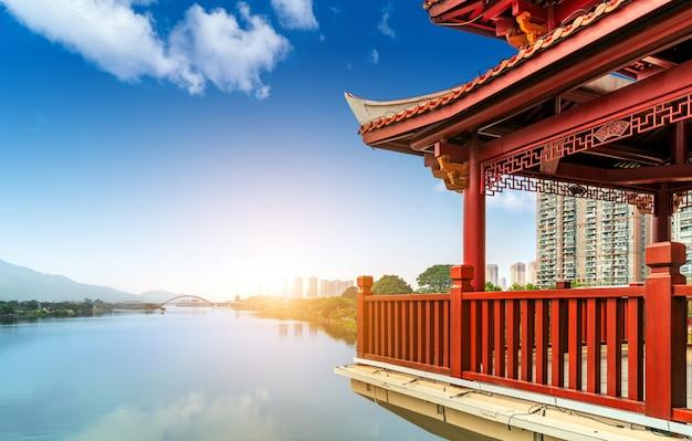 Chinesische klassische architektur gegen den himmelhintergrund