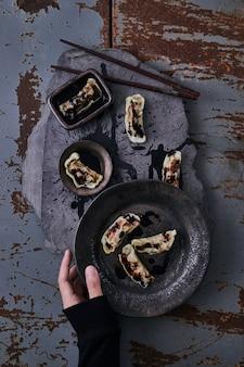 Chinesische knödel mit soja-dip.