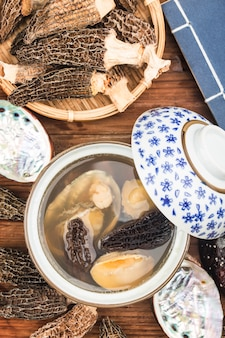 Chinesische küche-abalone und morchelsuppe