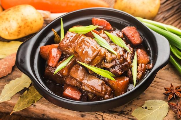 Chinesische küche: ein teller mit geschmortem lamm