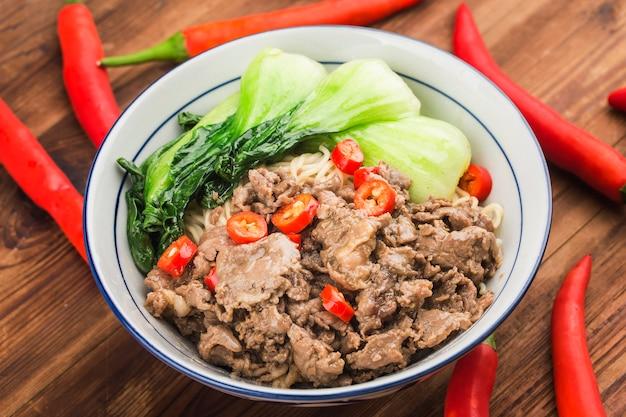 Chinesische küche: eine schüssel rindfleischnudeln