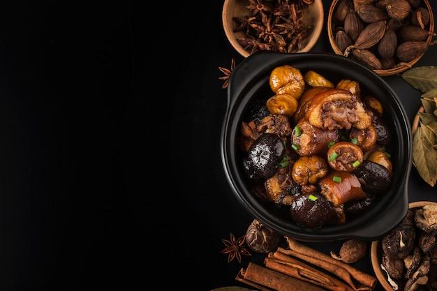 Chinesische küche: geschmorter kastanienschweineschwanz