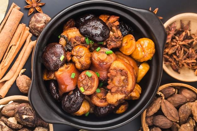 Chinesische küche: geschmorter kastanienschweinschwanz