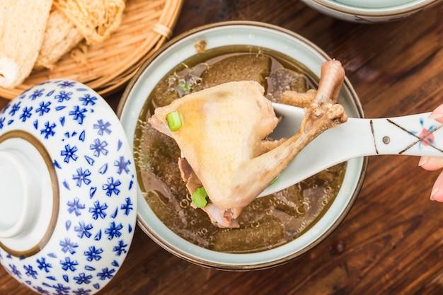 Chinesische küche: taubeneintopf-pilzsuppe