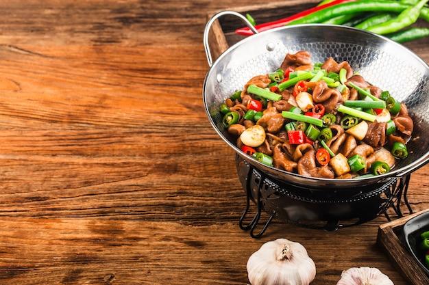 Chinesische küche würziger schweinewursttrockentopf