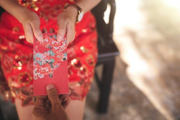 Chinesische kultur im chinesischen neujahr, menschen geben roten umschlag.