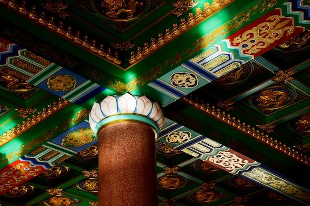 Chinesische kunstdecke im tempel