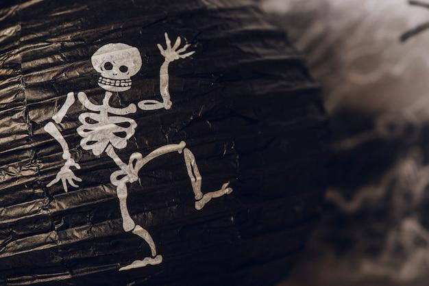 Chinesische laterne mit skelett