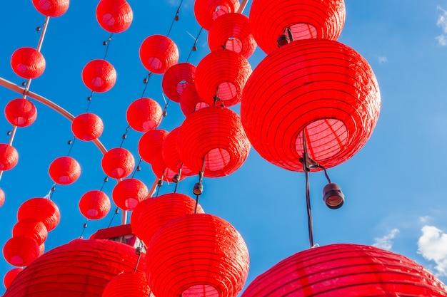 Chinesische laternen des neuen jahres mit blauem himmel