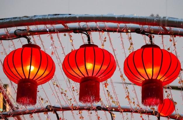 Chinesische laternen verzieren auf roter farbe des chinesischen neujahrsfestivals in china-stadt thailand