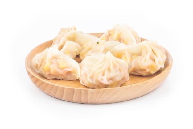 Chinesische maisknödel auf weiß