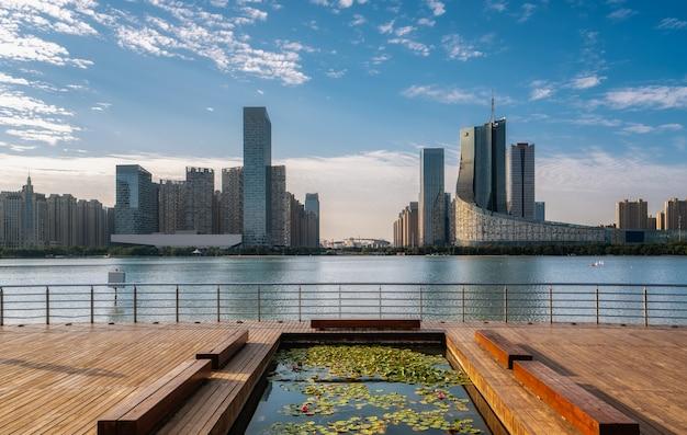 Chinesische moderne stadt mit wolkenkratzern nahe dem fluss