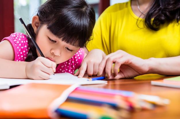 Chinesische mutter, die ihr kind homeschooling ist