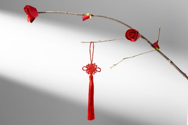 Chinesische neujahrsblume 2021 und rote dekoration