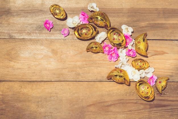 Chinesische neujahrsdekoration. mandarinorange und goldsycee. text bedeutet happy