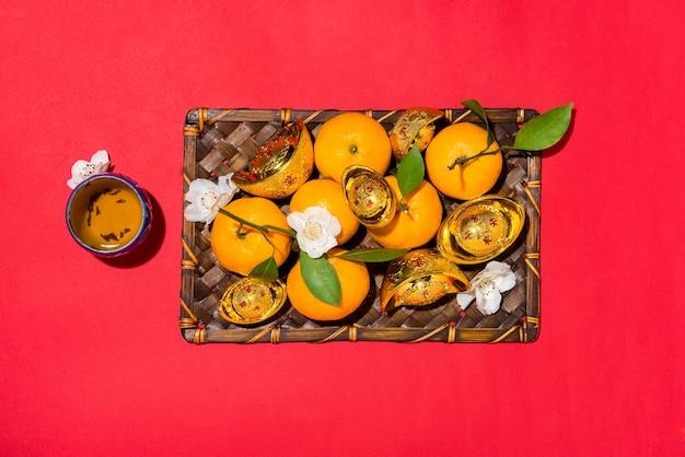 Chinesische neujahrsdekoration. mandarinorange und goldsycee. text bedeutet reich.