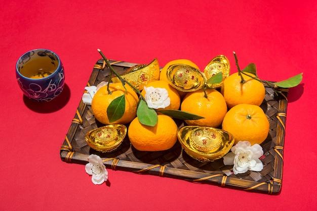 Chinesische neujahrsdekoration. mandarinorange und goldsycee.