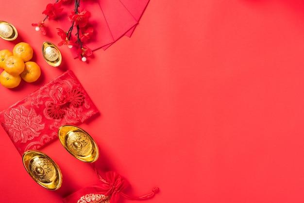 Chinesische neujahrsdekorationen auf rotem hintergrund